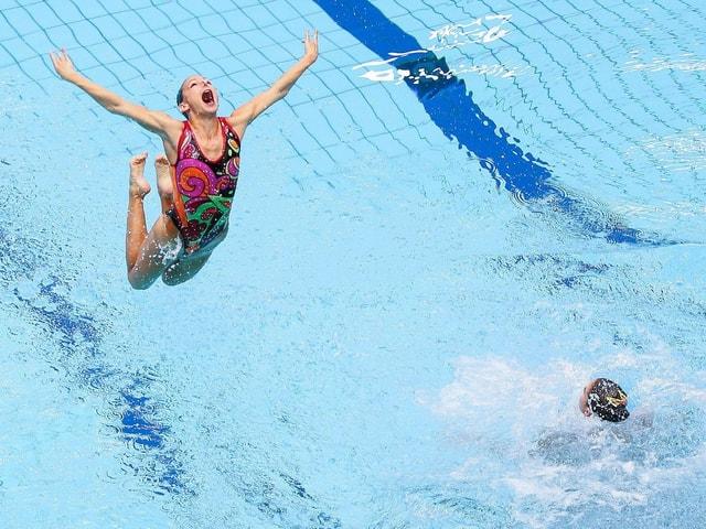Mund auf: Dem ungarischen Team sind alle Mittel recht, um im Wasser-Weitsprung neue Rekordmarken zu setzen.