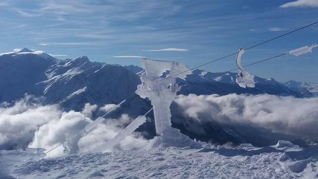 Ein vereister Skiliftmast.