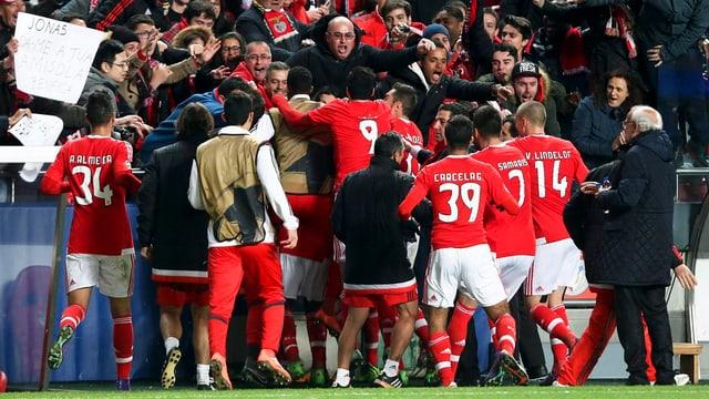 Benfica Lissabon celebrescha la victoria encunter Zenit St. Petersburg.