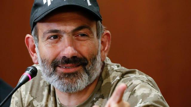 Nikol Paschinjan an einer Pressekonferenz