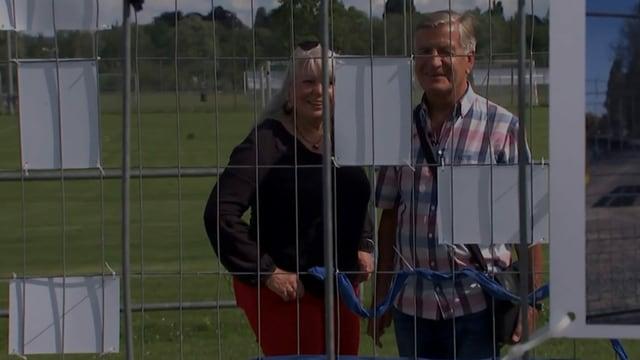 Doris Hoevel und Karl-Heinz Krause stehen am Grenzzaun. Dieses Mal zusammen und nicht getrennt.