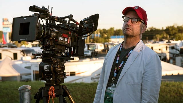 Der Regisseur und Kameramann Steven Soderbergh am Set von «Logan Lucky».