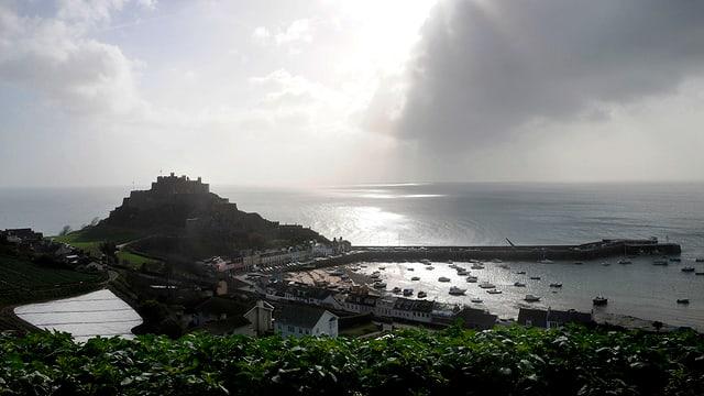 Die britische Insel Guernsey gilt bei Grosskonzernen als Steuerparadies.