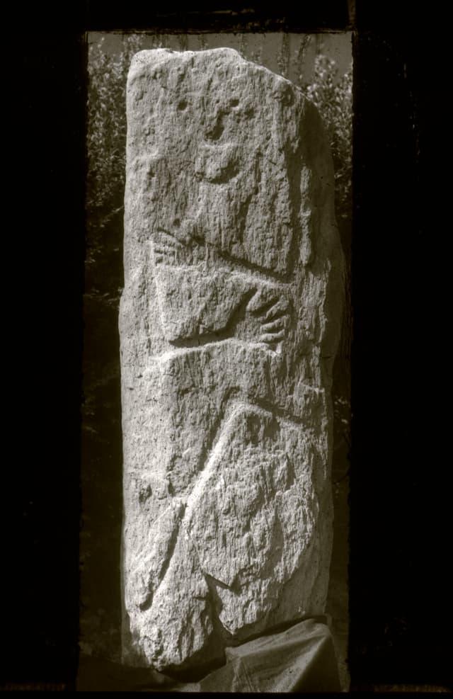 La stela da Sietschen/ Lumbrein. La stela mussa ina figura arcaica, stilisada. In um cun ina cuntgadella.