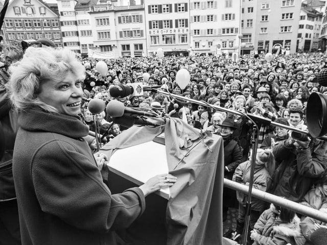 Christiane Brunner vor Publikum in Zürich
