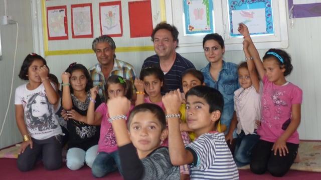 Kinder strecken ihre Arme mit den Armbändern in die Höhe.