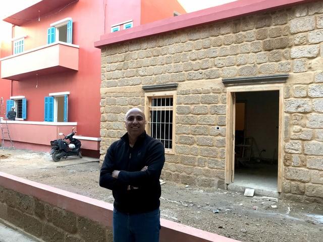 Mann vor einem Haus