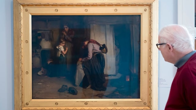 Ein Mann schaut sich das Gemälde «Nicht Neues vom Meer» an.