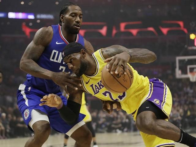 LeBron James (rechts, Lakers) setzt sich gegen Kawhi Leonard (Clippers) durch.