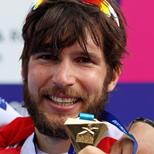 Schmid zeigt seine Medaille.