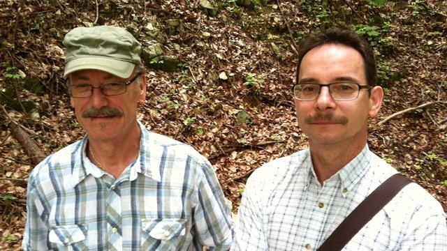 Wolfgang Niederberger mit Kappe und Jean-Luc Doppler, im Hintergrund Waldboden.