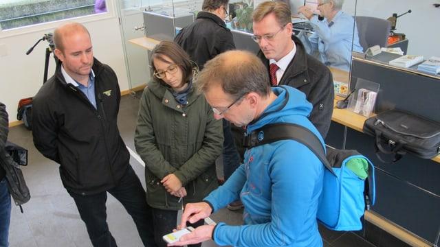 Christoph Wahrenberger, Mediensprecher der Verkehrsbetriebe, erklärt Journalisten die neue App.