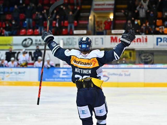 Ambris Julius Nättinen bejubelt einen Treffer