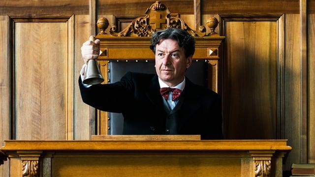 Corrado Pardini als Statist. Er hat eine Glocke in der Hand.