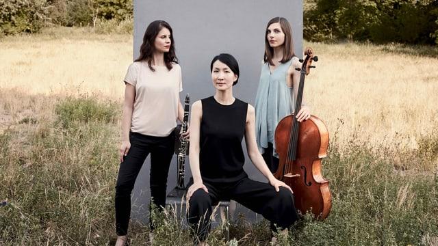 Drei Frauen stehen mit ihren Instrumenten auf einer Weise