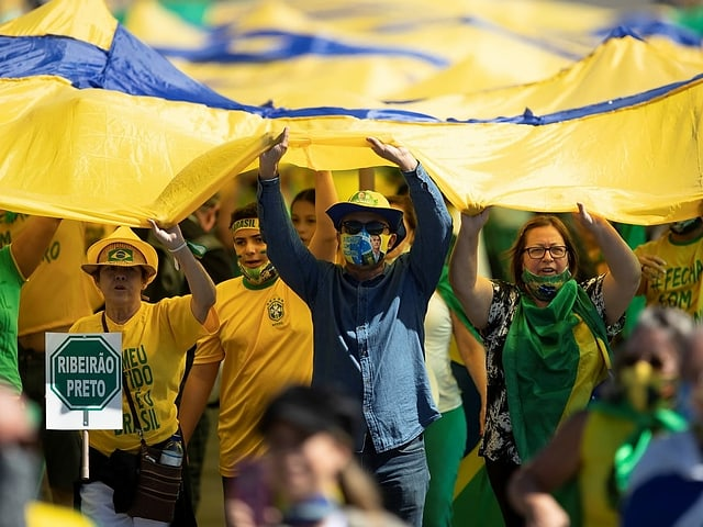Demonstranten mit brasilianischen Flaggen.