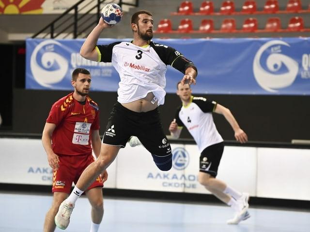 Lucas Meister beim Torwurf im Dress der Handball-Nationalmannschaft
