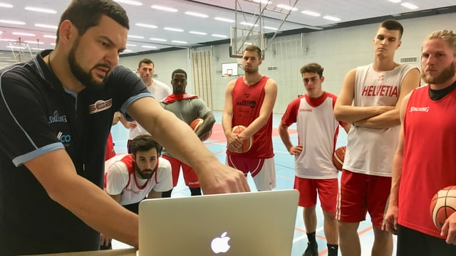 Trainer Eric beim Videostudium mit dem Team.