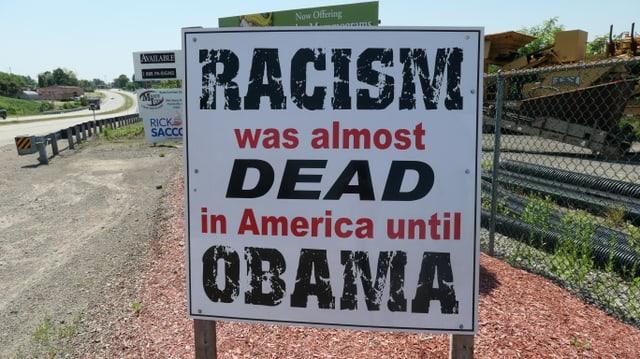 Rassistisches Schild am Strassenrand