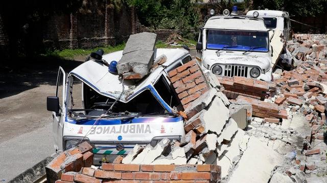 Ambulanza destruida dal terratrembel