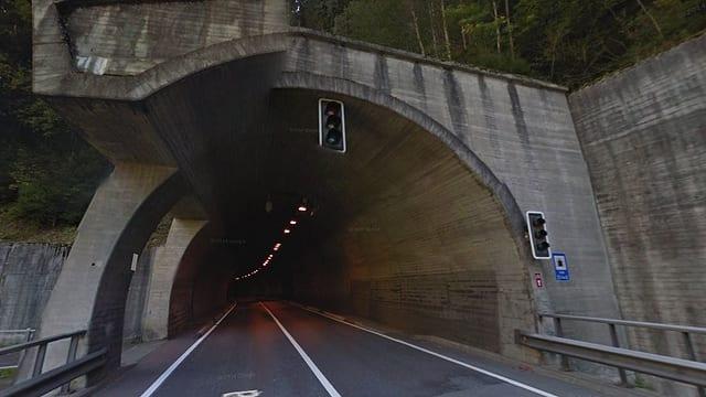 En il tunnel da Solis ha in camiun donnegià l'illuminaziun. La via è serrada.