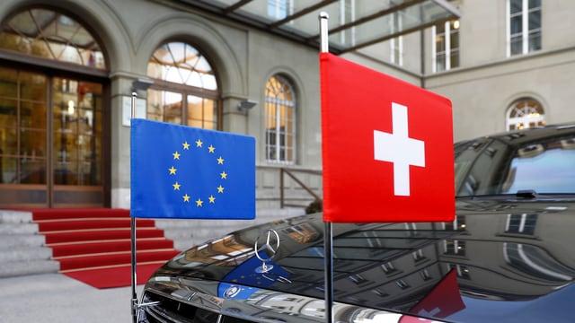 sin in auto nair èn las bandieras da la Svizra e da la UE