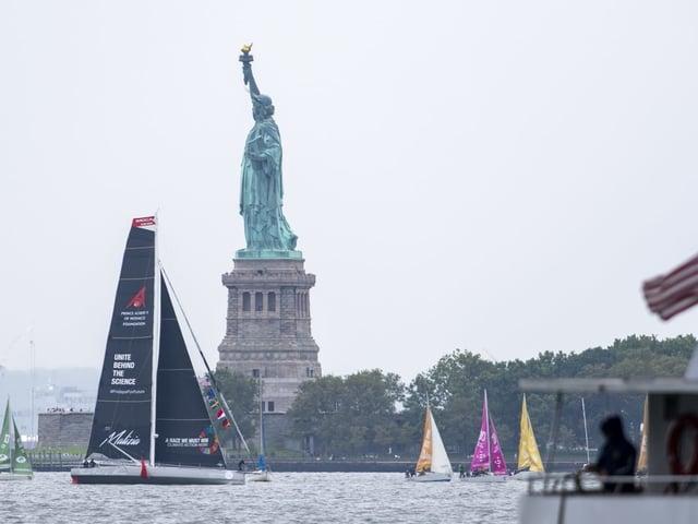 Nach zwei Wochen auf See ist Greta Thunberg mit der Segeljacht in New York eingetroffen.