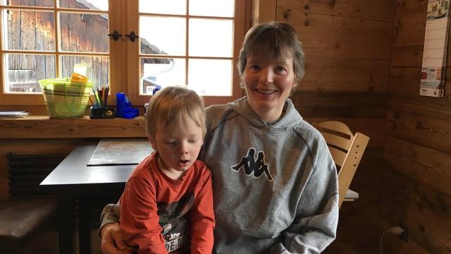 Anna Acton cun ses figl Michael.