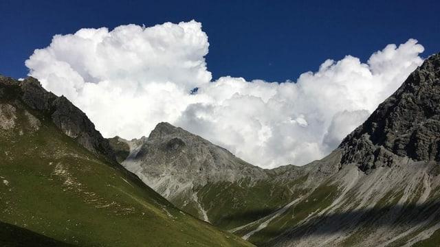 Riesige Quellwolken über den Bergen von Langwies aus gesehen.