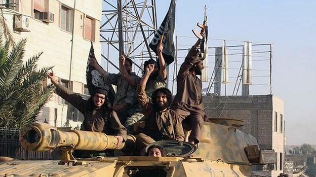 Cumbattants da la gruppaziun terroristica Stadi Islamic a Rakka, Siria.