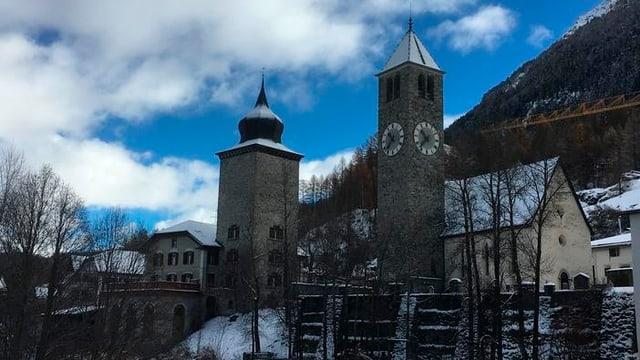 Die Kirche von Susch an einem Wintertag