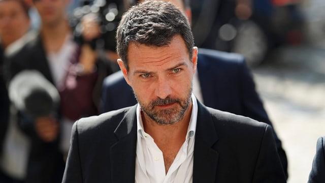 Jérôme Kerviel mit Bart auf dem Weg in den Gerichtssaal.