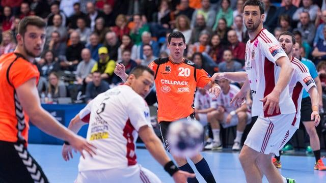 Luka Maros schaut dem Ball nach.