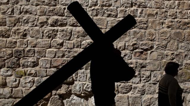 Person mit Kreuz.