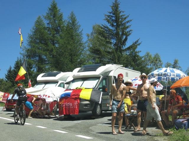 Eine Belgische Fangruppe vor ihren Wohnmobilen.