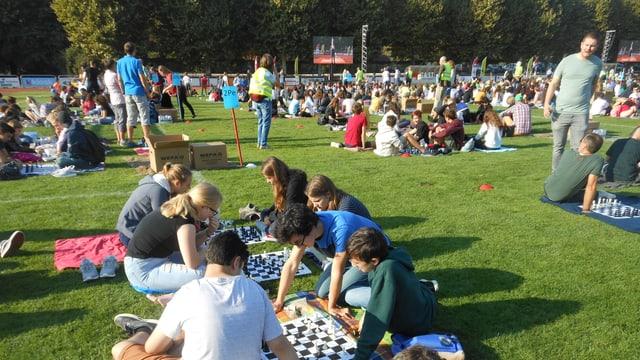 Schachspielende Schüler und Schülerinnen