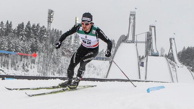 Der Langläufer Roman Furger kurvt vor den Skisprung-Schanzen durch.