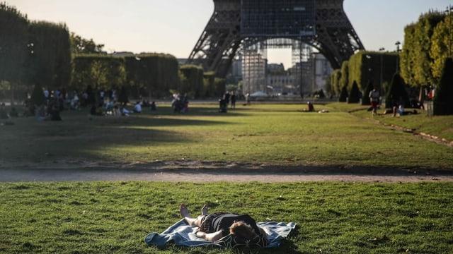 Sonnenbad vor dem Eiffelturm.