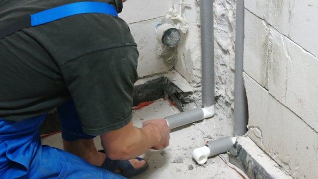 Arbeiter installiert Rohre.