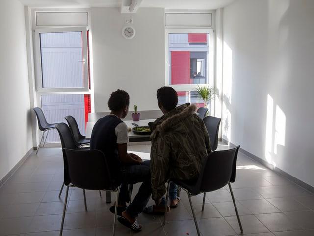 Zwei Flüchtlinge in einem Raum