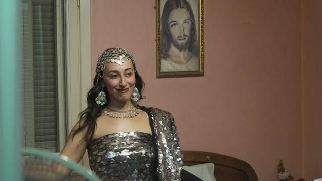eine Frau in einem üppigen Kleid, die lächelt