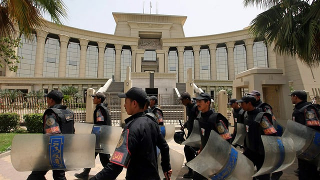 Polizisten vor Gerichtsgebäude in Kairo.