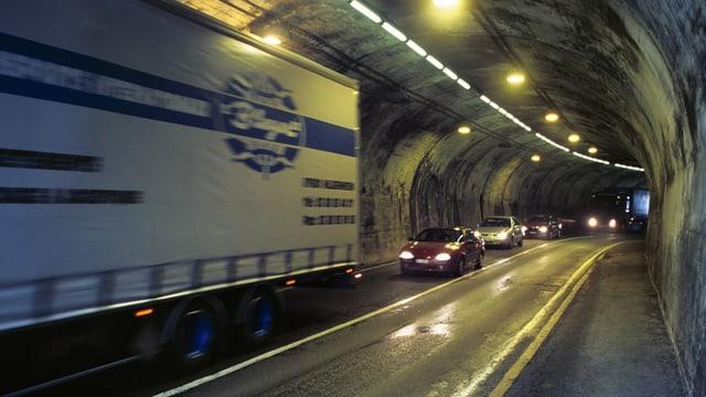 Il tunnel d'autos dal Gotthard.