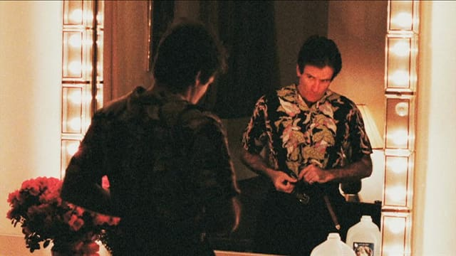 William schaut sich selbst im Spiegel an