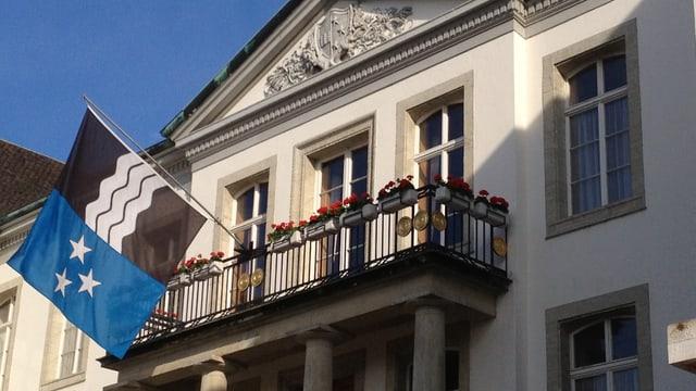 Regierungsgebäude Aarau mit Flagge.