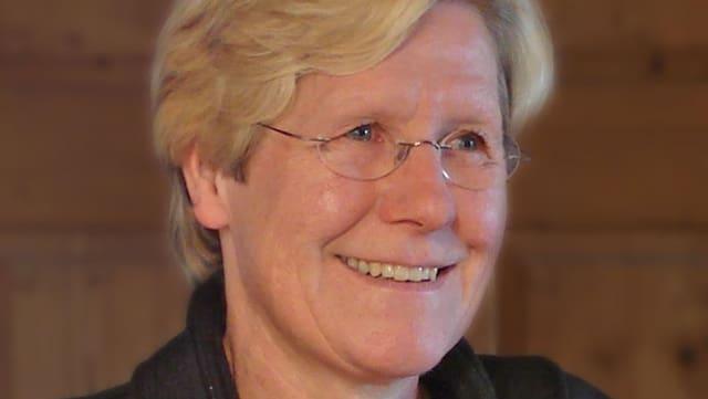 Doris Lüthi vor Täfer-Wand.