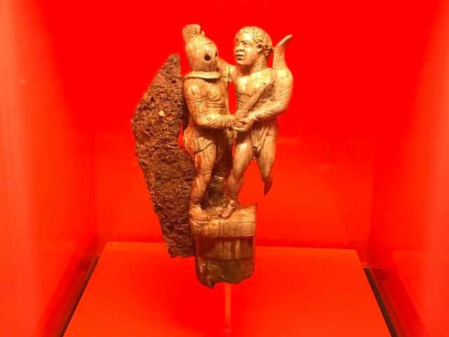 Das Klappmesser mit einem Griff aus Elfenbein zeigt zwei Gladiatoren. Es wurde in Avenches gefunden und stammt aus dem 3. Jh. n. Chr.