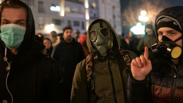 Demonstranten mit Schutzmasken in Belgrad