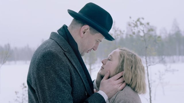 Kurz vor dem Kuss: Redakteur Reinhold Blomberg begehrt die junge Astrid.
