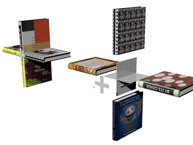 Bücher und ein Metallkreuz